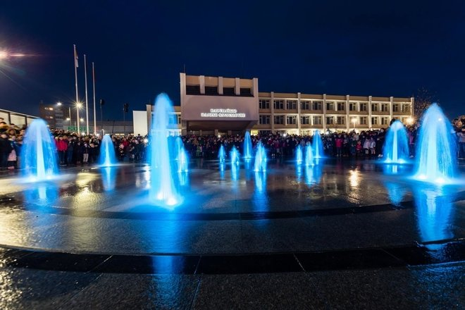 PLAYING AND ILLUMINATED FOUNTAIN